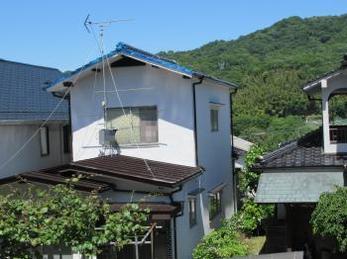 Sさんが気にされていた、ひび割れ部分やサビをしっかりと処理しましたので、ご安心くださいね!おかげさまで隣の方も屋根塗装の工事させてもらうことになりました。その時は宜しくお願い致します。 Sさん、ありがとうございました。